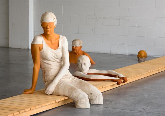 """Willy Verginer, """"Cecità voluta"""", legno di tiglio e acrilici, 2007, Collezione privata"""
