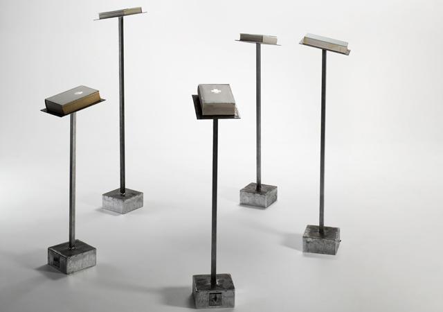 """Jacopo Mazzonelli, """"Coro"""", 2011, leggii, tomi, schermi video, vetro"""