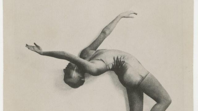 Giannina Censi in Aerodanze 3: rovesciamento d'apparecchio, 1931 circa, fotografia T. Santacroce, Milano, Mart, Archivio del '900, Fondo Censi