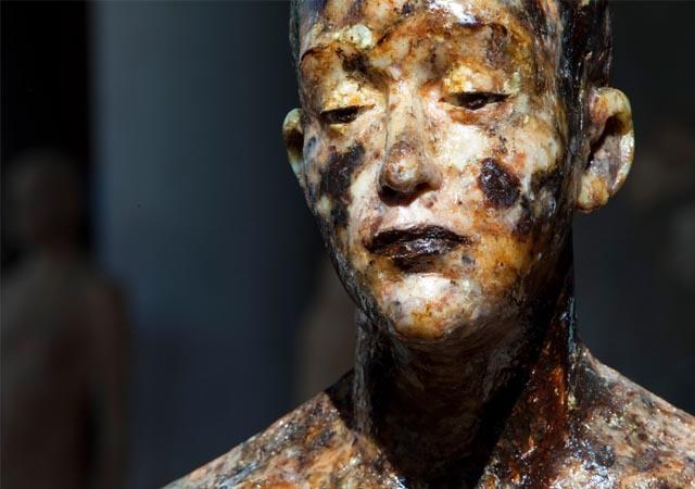 """Aron Demetz, """"W.T."""" (dettaglio), legno e resina di pino, 2012, Courtesy Galleria Doris Ghetta - Ortisei"""
